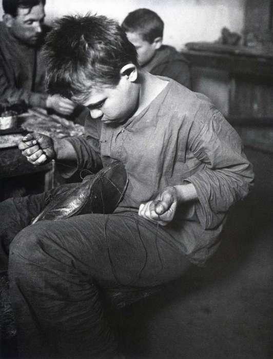 Беспризорник, который подрабатывает сапожником. СССР, Москва, 1926 год.