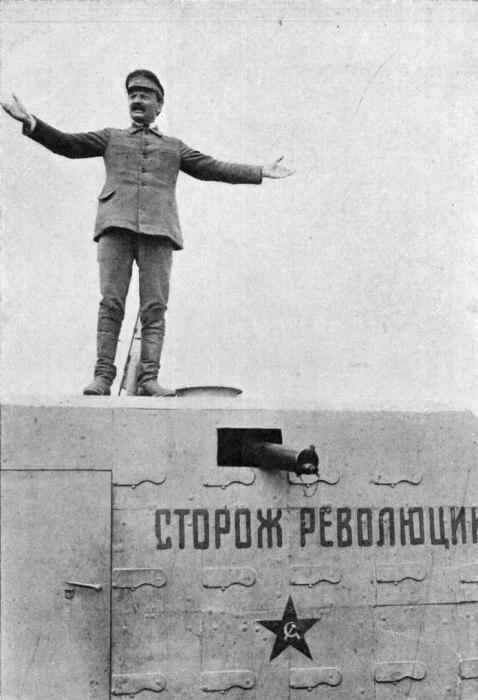 Троцкий произносит речь с бронепоезда.