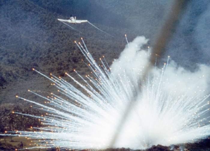 Американский штурмовик Douglas A-1 Skyraider сбрасывает бомбы, начиненные белым фосфором, на позиции войск Северного Вьетнама в долине Йа-Дранг, неподалёку от посадочной зоны «X-Ray», 15 ноября 1965 года.