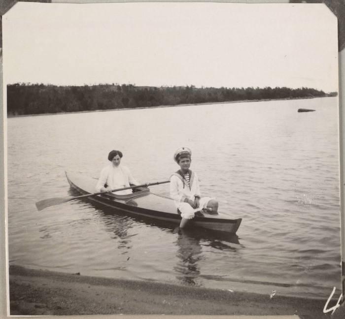 Цесаревич Алексей с его медсестрой.