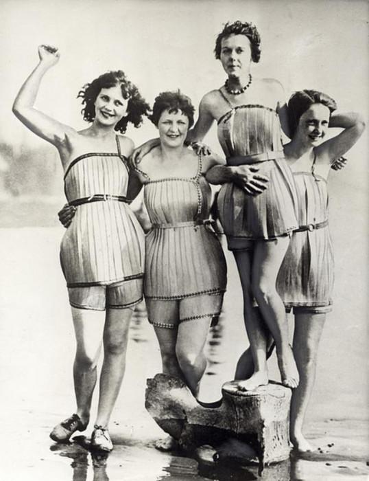 Женщины позируют в деревянных купальниках, обеспечивающих безопасность купания в 1929 году.
