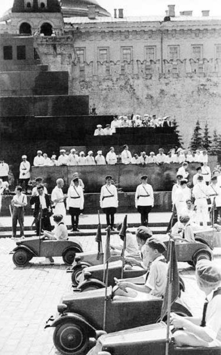 Юные автомобилисты на Красной площади в 1935 году.