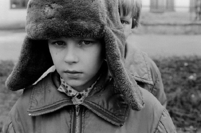 Мальчик в зимней шапке-ушанке. СССР, Новокузнецк, 19 апреля 1987 года.