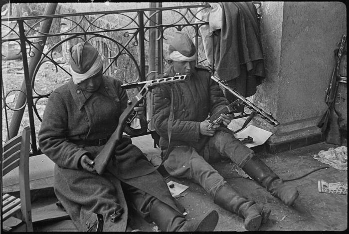 Красноармейцы чистят оружие после боя. Берлин, май 1945 года.