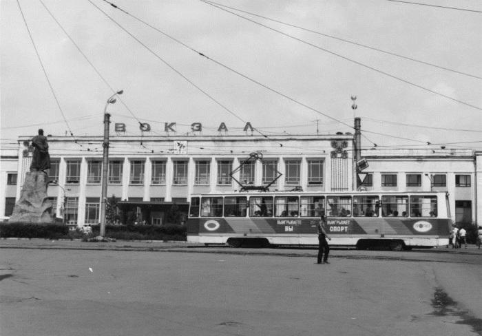 У вокзала Хабаровска в 1991 году.