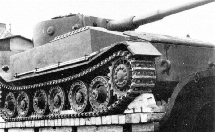 Прототип немецкого танка «Тигр» на специальном железнодорожном транспортере, перед отправкой на испытательный полигон в Дюллерсхейм.