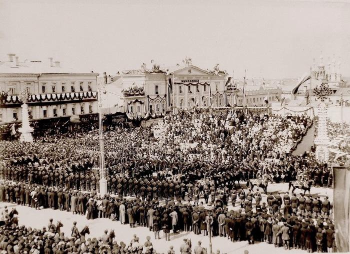 Сотня Лейб-гвардии казачьего его величества полка проходит по Страстной площади в день торжественного въезда императора Николая II и императрицы Александры Федоровны в Москву.