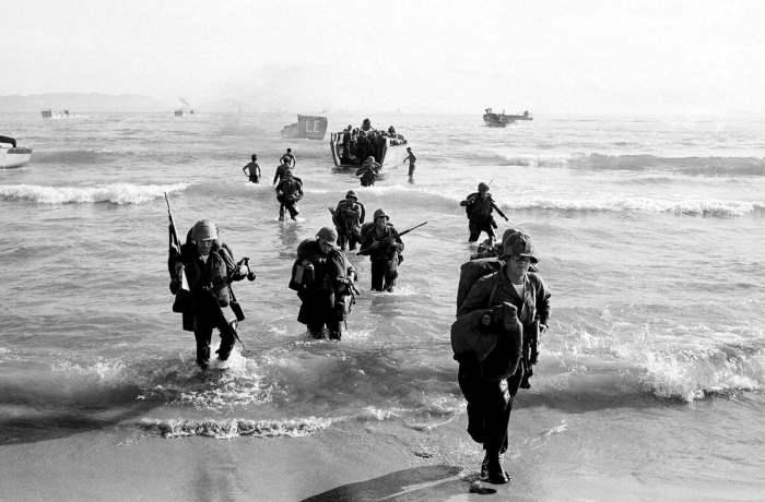Морские пехотинцы ВМС США высаживаются на берег возле города Дананга в центральной части Вьетнама, 10 апреля 1965 года.