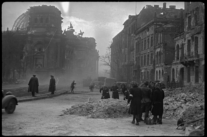 Расчистка местными жителями и военнопленными улиц города у стен Рейхстага. Германия, Берлин, май, 1945 год.