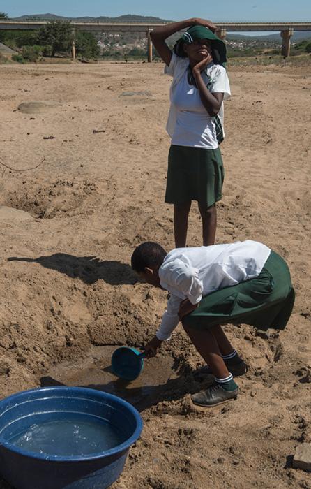 Школьники пытаются добыть воду из пересохшей лужи после засухи в Нонгоме.