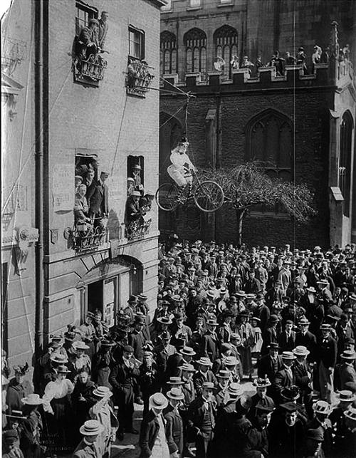 Студенты Кембриджа на митинге против приема в университет женщин. Чучело женщины на велосипеде – символ феминизма. Великобритания, 1897 год.