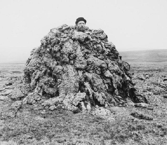 Мужчина стоит внутри застывшей магмы на лавовой равнине. Исландия, 1893 год.