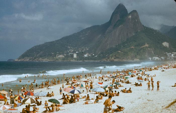 Отдых на пляже в Рио-де-Жанейро в 1957 году. Фотограф: Dmitri Kessel.