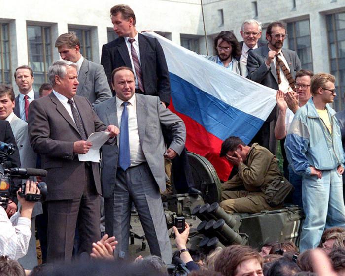 Перед парадной лестницей Белого дома Ельцин зачитал с танка «Обращение к гражданам России», в котором назвал действия ГКЧП «реакционным, антиконституционным переворотом».