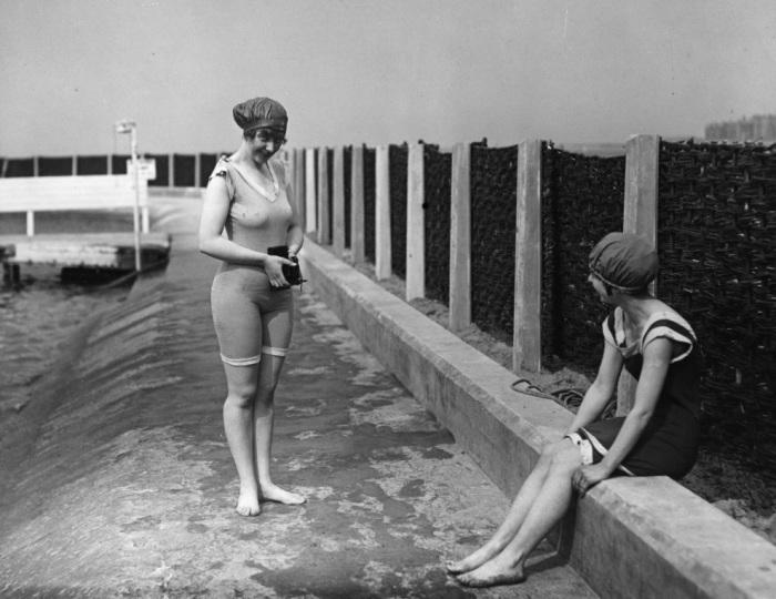 Девушки в купальниках фотографируются, 1918 год.