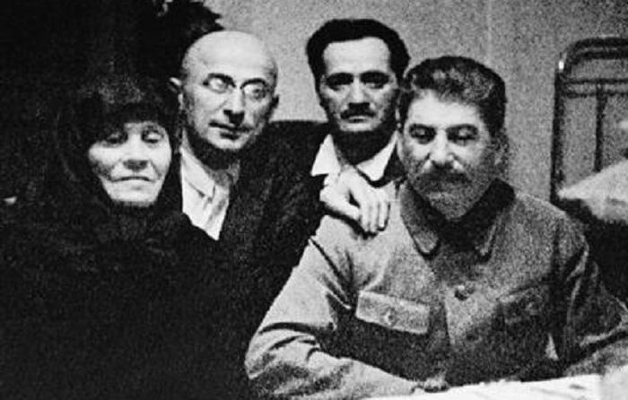 Сталин с матерью Екатериной Георгиевной, Лаврентием Берией и Анастасом Микояном.