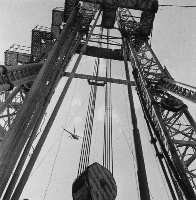 Огромное сооружение над буровой скважиной для спуска и подъёма бурового инструмента.