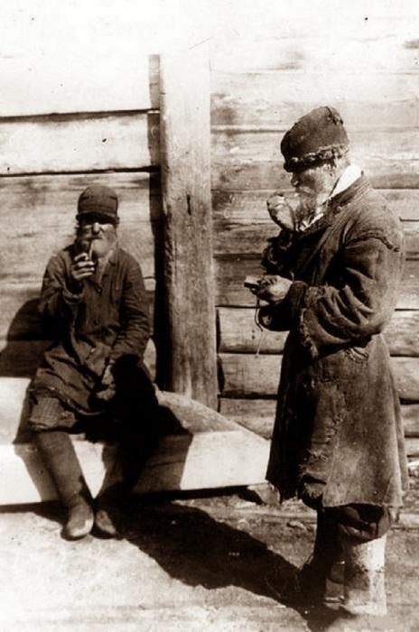 Два курящих крестьянина.