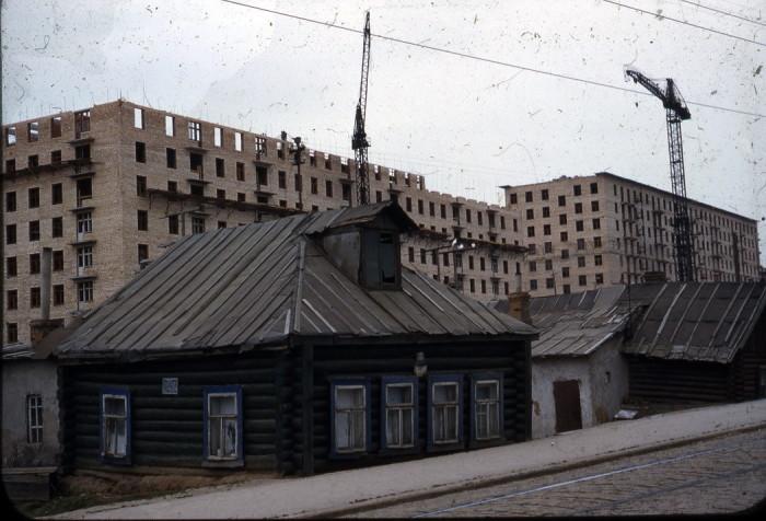 На фотографии снято возведение дома, который называется сейчас «Сталинка».