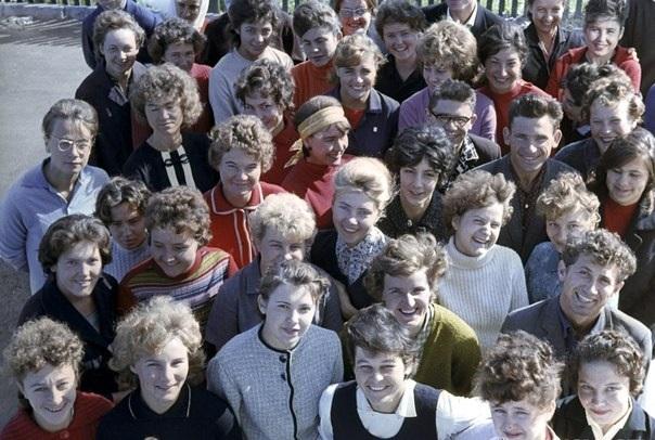 Молодые учителя, приехавшие работать в школах таёжных посёлков на Колыме. Фото: Лев Устинов. СССР, 1965 год.