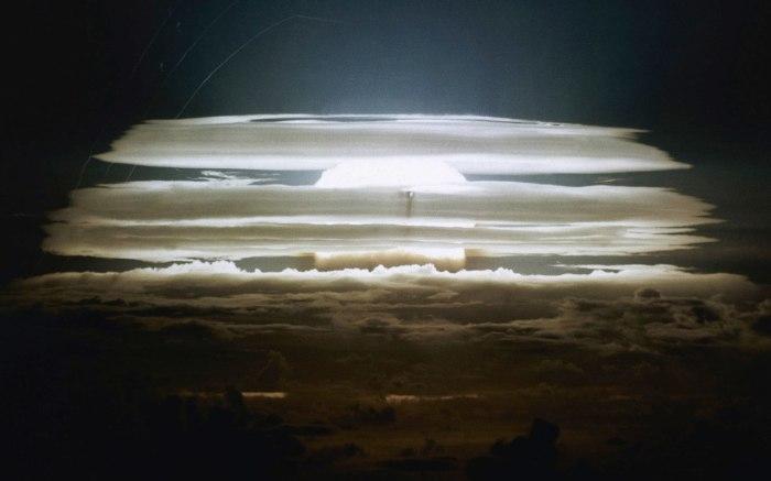 1 марта 1954 года, США произвели взрыв водородной бомбы на атолле Бикини. Мощность этого взрыва была эквивалентна взрыву тысячи бомб, которые были сброшены на японские города Хиросиму и Нагасаки.
