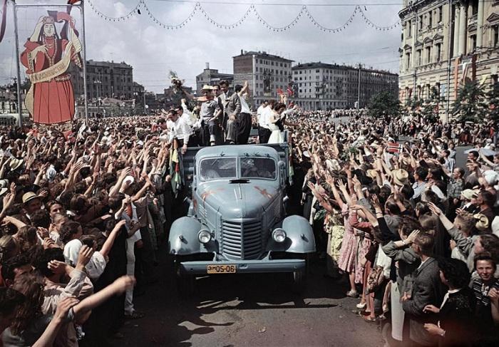 Москвичи встречающие гостей из Южной Америки на VI Фестивале молодежи. Москва, 1957 год.