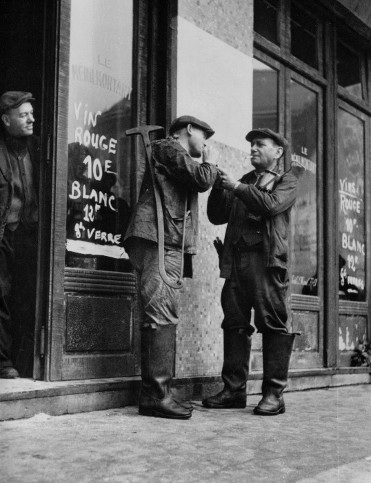 Рабочие у входа в кафе Менильмонтан в 1947 году.