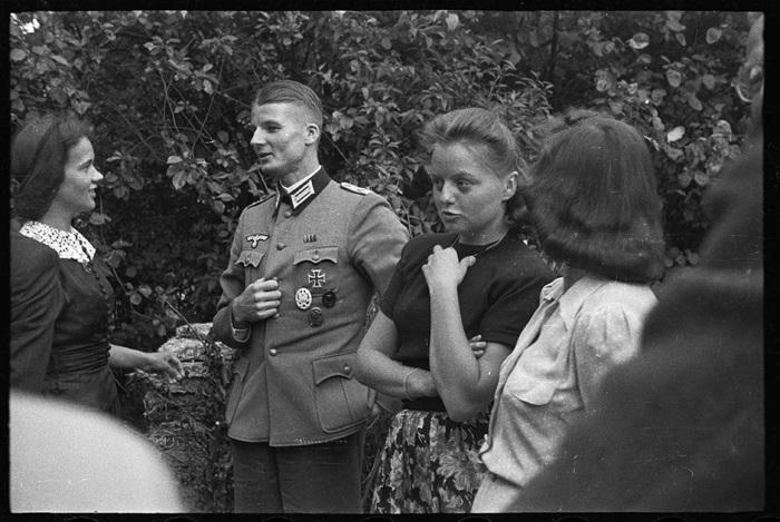 Украинскому фотографу Артуру Бондарю посчастливилось приобрести семейный архив жителей Австрии времен Второй мировой войны.