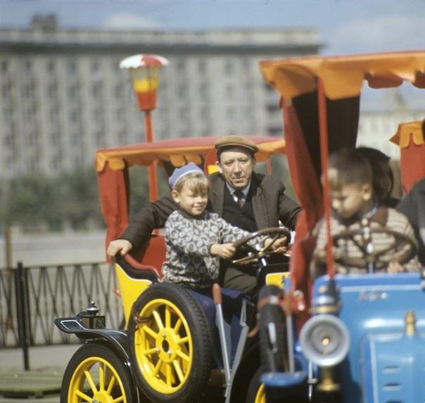 Актёр и клоун Юрий Никулин с детьми в Парке Горького. Фото: Александр Макаров, 1972 год.