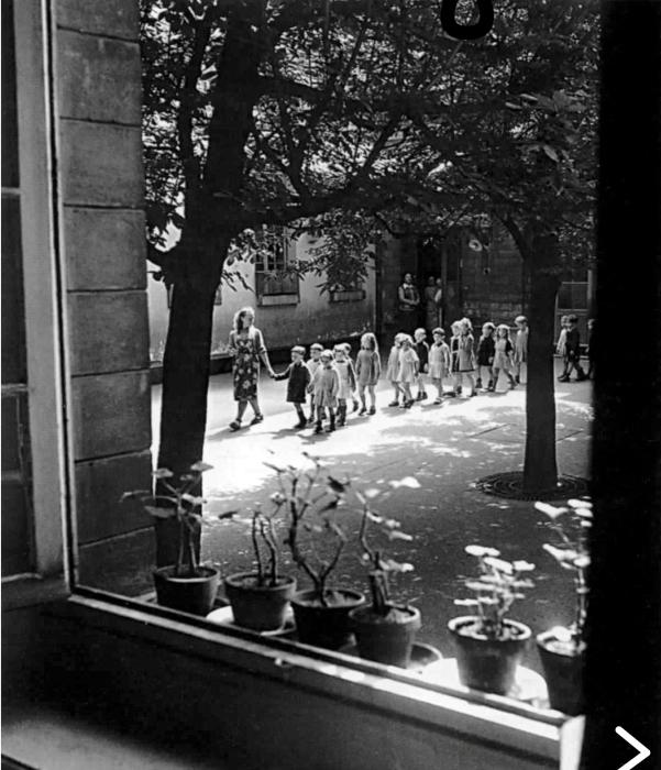 Во дворе школы на рю Менильмонтан в 1948 году.