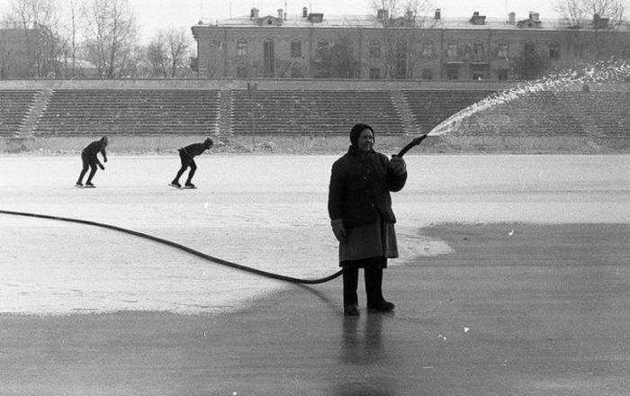 Заливка льда на стадионе Металлург. СССР, Новокузнецк, 1984 год.