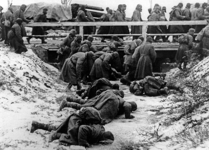 Пленные советские солдаты пытаются напиться из замерзшей реки в 1941 году.