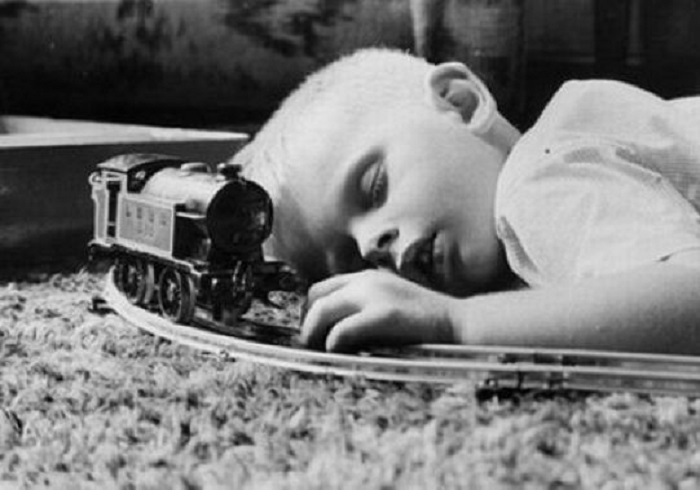 Спящий ребенок, который вызывает умиление.