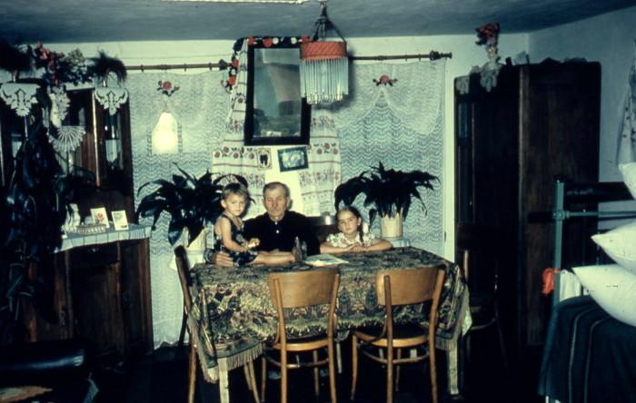 Интерьер зажиточной сельской хаты. СССР, Украина, 1960-е годы.