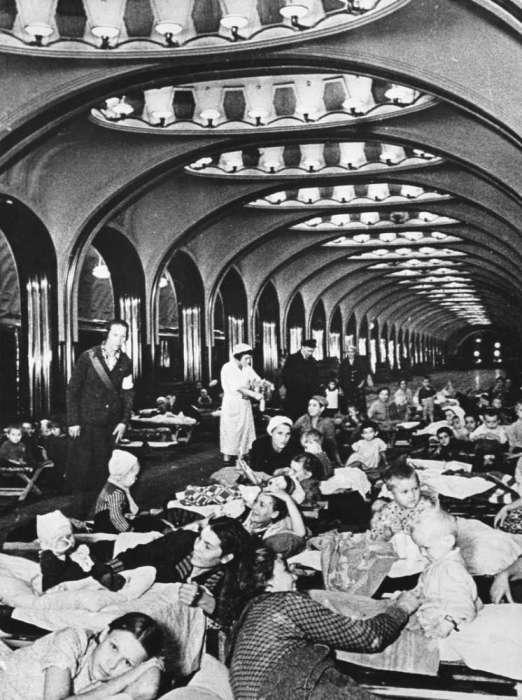 Станция метро «Маяковская» во время воздушной тревоги. СССР, Москва, 1942 год.