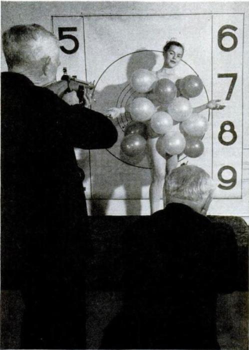 Во время ужина, устроенного оружейником Мелвином Джонсоном в 1947 году, гостям, преимущественно пожилым джентльменам, предлагалось пострелять из пневматических винтовок по воздушным шарикам, закреплённым на девушке.
