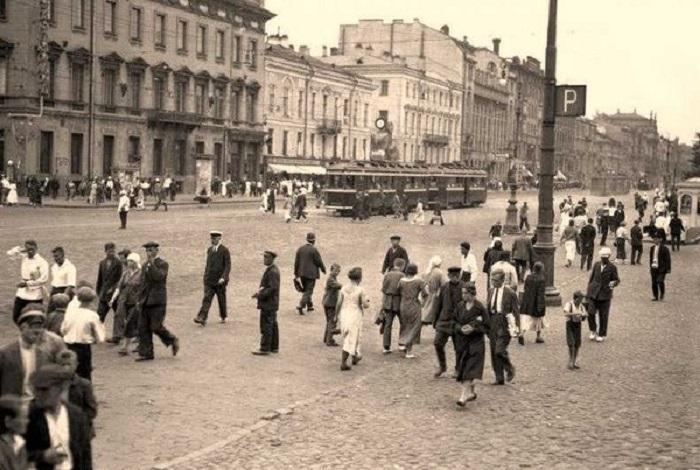 Оживленный проспект 25-го Октября в 1933 году.