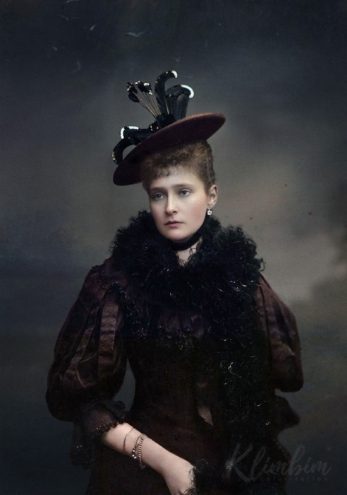 Российская императрица, супруга Николая II. Четвёртая дочь великого герцога Гессенского и Рейнского Людвига IV и герцогини Алисы, дочери британской королевы Виктории.