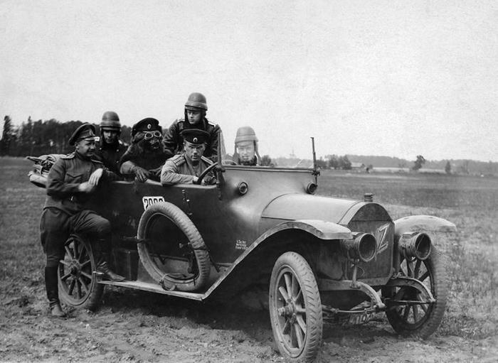 Русские офицеры на Бенце с медведем в 1915 году.