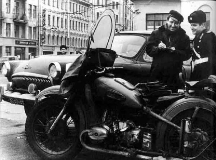 Сотрудник ГАИ остановил Юрия Никулина. СССР, 1960-е годы.