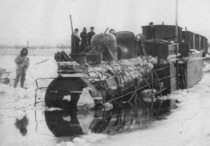 Ушедший под воду паровоз на временной ледовой переправе через Амур в 1905 году.