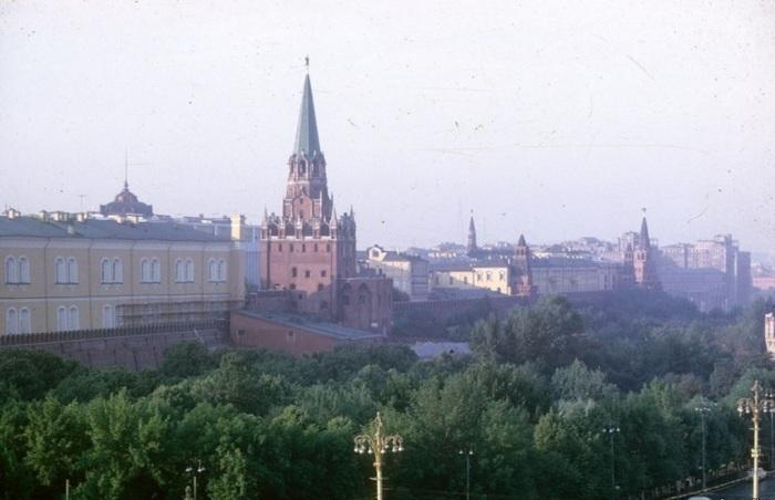 Вид на одну из башен Московского Кремля. СССР, Москва, 1963 год.