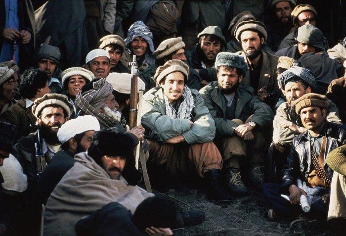 Афганский лидер партизан Ахмад Шах Масуд в окружении моджахедов в 1984 году.