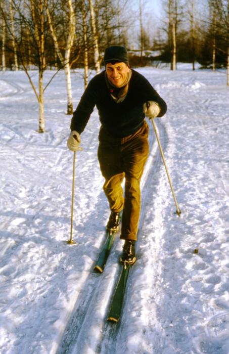 Катание на лыжах - отличная зимняя зарядка.