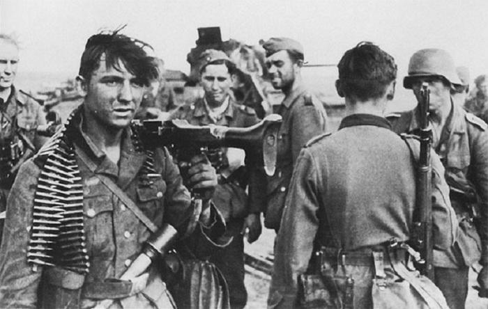 Панцергренадеры 16-й танковой дивизии вермахта, вышедшие к берегу Волги под Сталинградом.