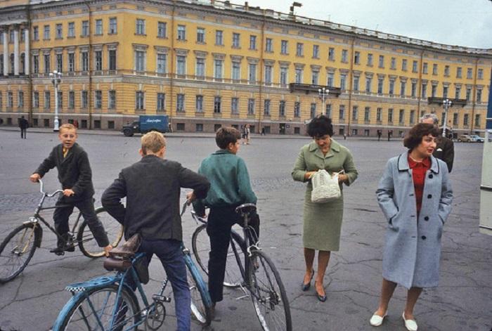 Ленинградские мальчишки стреляют у интуристов жевательную резинку и какие-то мелкие сувениры. СССР, Ленинград, 1965 год.