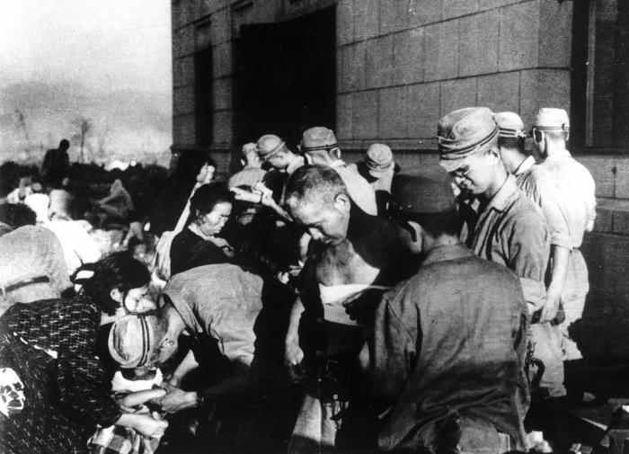 Японские военные медики оказывают помощь пострадавшим от атомной бомбардировки Хиросимы.