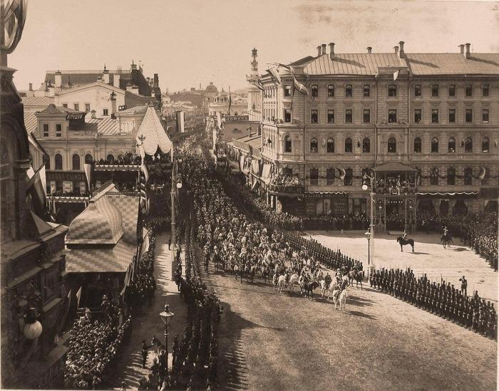 Император Николай II шествует по Воскресенской площади.
