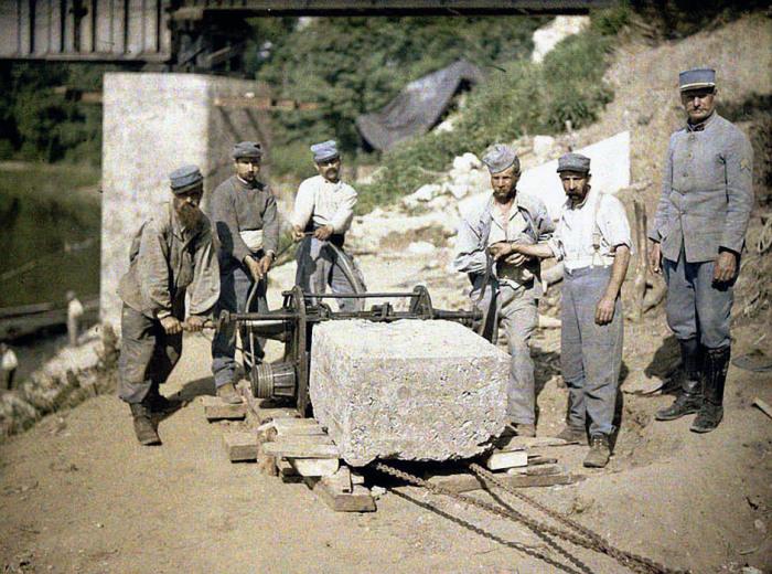 Французские солдаты тянут каменную глыбу на строительство моста через реку Эна в 1917 году.