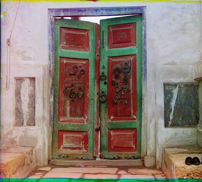 Деревянные врата в царской усыпальнице Богоэддин. Бухара, 1905 год.